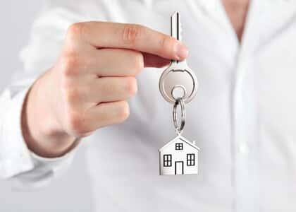 Fiador responde por dívida de locação prorrogada se houver previsão contratual