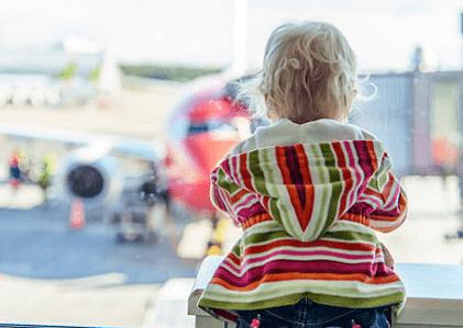 Mulher que passou a noite no aeroporto com criança de 1 ano será indenizada