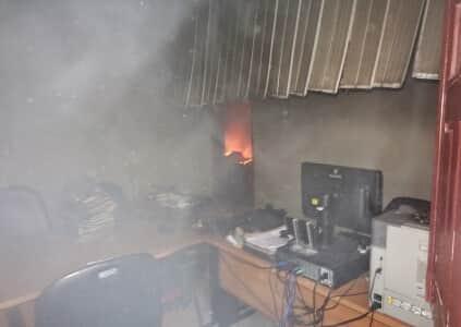 População incendeia fórum após juiz negar cassação de prefeito