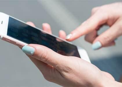 Apple deverá indenizar consumidora por defeitos constantes em celular