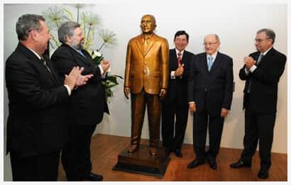 Estátua do jurista Paulo Bonavides é inaugurada no Fórum Clóvis Beviláqua, em Fortaleza/CE