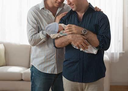 Bebê será registrado com nomes de dois pais em caso de gestação por substituição