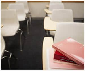 JT condena faculdade por demitir professor e beneficiar alunos que não realizaram prova