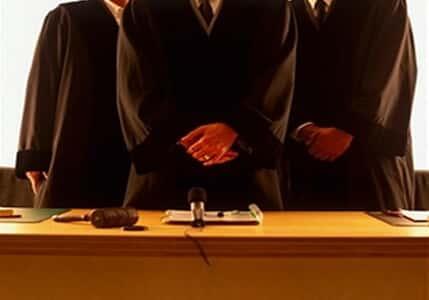 Juiz que pedia a advogados para se levantarem realiza audiência em pé
