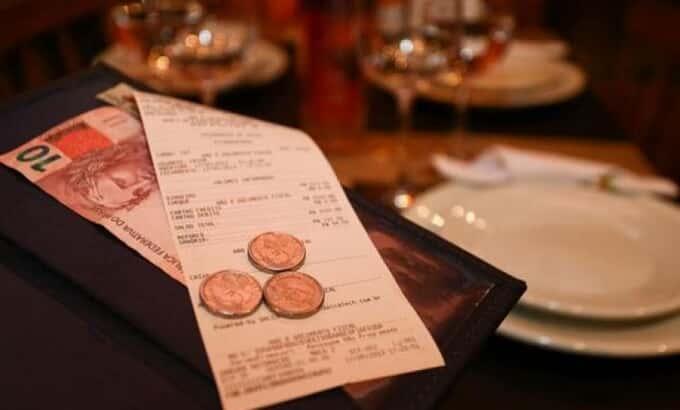 Empregador não pode completar salário mínimo com gorjeta