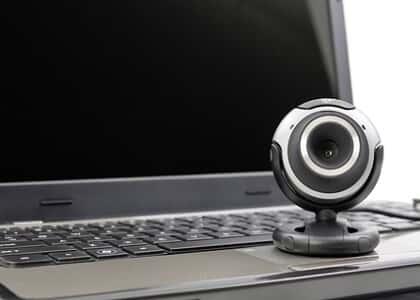 Não cuida da moral mulher que posa para fotos íntimas em webcam
