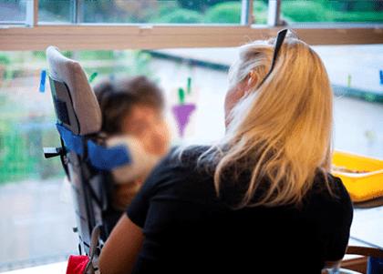 Mãe proibida de entrar em banco com filha cadeirante será indenizada