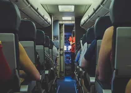Comissária de voo que foi advertida e afastada por estar acima do peso será indenizada