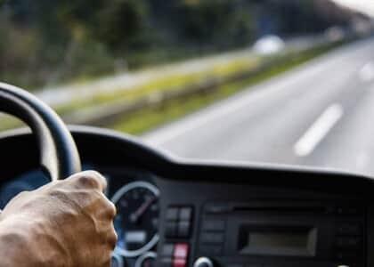 Motorista de caminhão consegue afastar justa causa e ressarcimento por acidente de trânsito