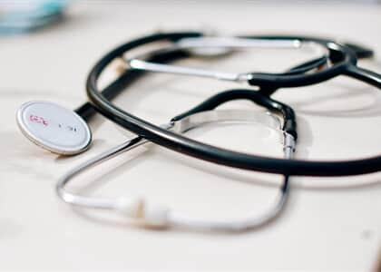 Paciente que teve internação negada por período de carência deve ser atendida e indenizada