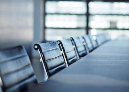 Promotora se nega a sentar ao lado de advogados e audiência é suspensa