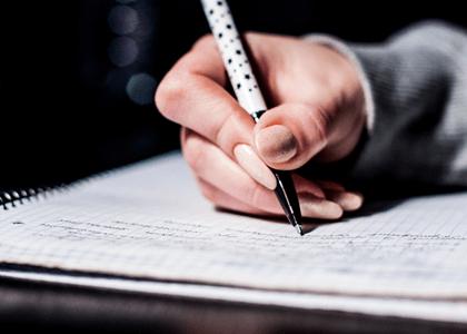 Faculdade indenizará aluna por falta de clareza em propaganda