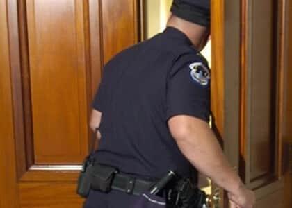 Prova decorrente de invasão de domicílio por mera suspeita é nula e enseja absolvição