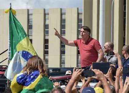 Bolsonaro participa de manifestação pró-regime militar; autoridades repudiam