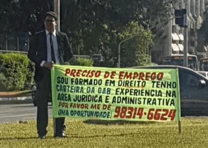 De terno, advogado pede emprego no semáforo em Brasília