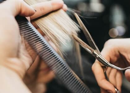 Empresa é condenada por obrigar consultora de beleza a cortar cabelos