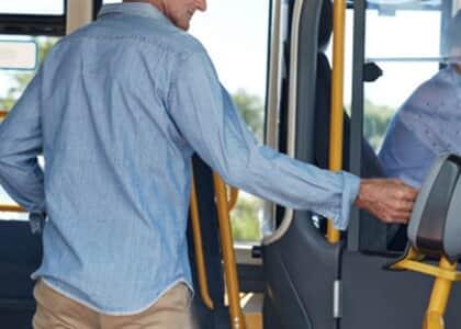 Idoso com vaga gratuita em ônibus interestadual não precisa pagar taxas de pedágio e embarque