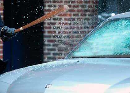 Homem pede medida protetiva contra mulher que quebrou seu carro; juiz nega utilizando cordel