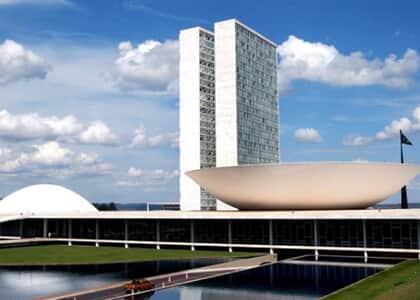 Covid-19: Congresso derruba vetos de Bolsonaro e proíbe liminares de despejo