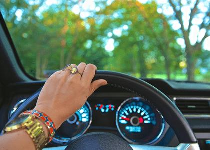 Dona de veículo com CNH provisória consegue anular auto de infração em seu nome