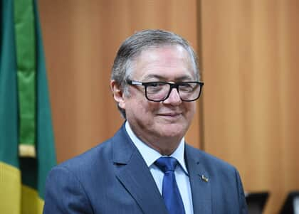 Ministro da Educação assume erro e retira slogan de Bolsonaro de carta a alunos