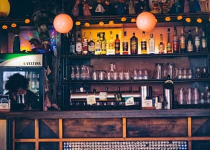 Bares de Curitiba podem funcionar na pandemia se bebida não for o pedido principal