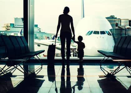 Cia aérea indenizará mãe que sofreu atraso em voo; pedido do filho foi negado