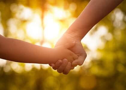 Melhor interesse da criança justifica manutenção com mãe afetiva mesmo sob suspeita de adoção irregular