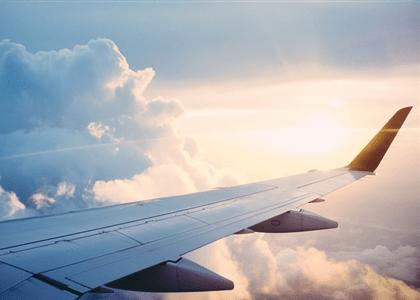 Companhia aérea deve indenizar por atraso em embarque causado por overbooking