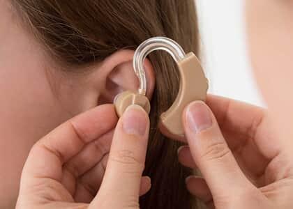 Plano de saúde não precisa reembolsar segurada por aparelho auditivo
