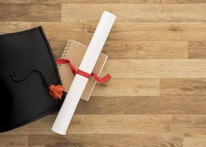 Universidade deve custear curso superior e indenizar aluno por erros em documentação