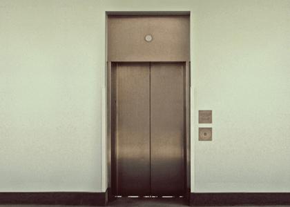 Fabricante deve indenizar cliente por problemas em elevador que se arrastaram por anos