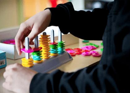 Servidora consegue redução de jornada de trabalho para cuidar de filha autista